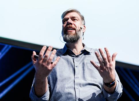Stefan Tilkov auf der W-JAX Bühne.