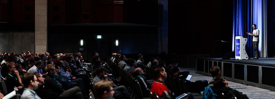 Eberhard Wolff spricht auf der W-JAX Bühne vor gefülltem Saal.