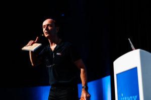 Photo von Dr. Gernot Starke, der sich fragend an das Publikum richtet.