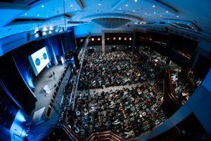 Photo des gefüllten Konferenzsaales